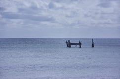 Restna av pir i mitt av havet arkivfoto