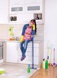 Restng de femme de ménage sur la partie supérieure du comptoir de cuisine images stock