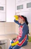 Restng de femme de ménage sur la partie supérieure du comptoir de cuisine photos libres de droits