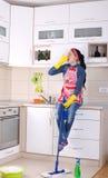 Restng de femme de ménage sur la partie supérieure du comptoir de cuisine photographie stock