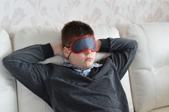 Resto adolescente durante el día en la máscara para el sueño Fotos de archivo libres de regalías