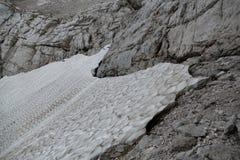 Resto da neve em montanhas do verão imagem de stock