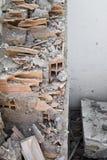 Resto da sucata e de tijolos despedaçados de uma construção Foto de Stock