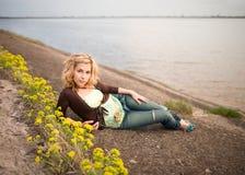 Resto de la chica joven al aire libre Fotos de archivo