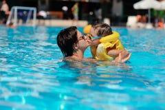 Resto de la familia en piscina Imágenes de archivo libres de regalías