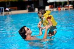 Resto de la familia en piscina Fotografía de archivo libre de regalías