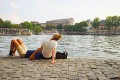 Resto de la gente cerca de río Sena Imagen de archivo libre de regalías