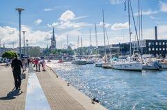 Resto de la gente el días de mar en Tallinn imagenes de archivo