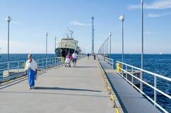 Resto de la gente el días de mar en Tallinn foto de archivo
