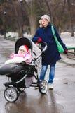 Resto de la mamá y del bebé en el parque Fotografía de archivo libre de regalías