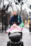Resto de la mamá y del bebé en el parque Imagen de archivo libre de regalías