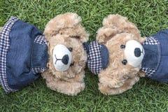 Resto de los osos de peluche de los pares en césped Fotografía de archivo libre de regalías