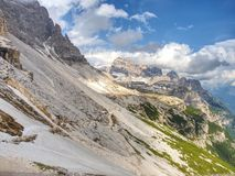 Resto de nieve de fusión en el camino de la grava en montañas de la primavera Imágenes de archivo libres de regalías