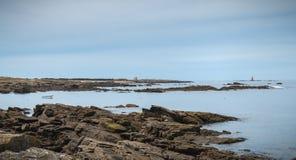 Resto de um sem?foro em Pointe du Mas na ilha de Yeu imagens de stock