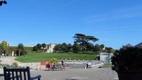 Resto dei turisti sulle sedie ad una tavola Parco francese immagine stock libera da diritti