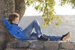 Resto del adolescente en la naturaleza Imágenes de archivo libres de regalías