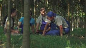 Resto del gruppo dei giardinieri dopo lavoro stock footage