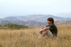Resto dell'uomo in montagna di estate Fotografia Stock Libera da Diritti