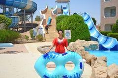 Resto divertente di estate nel parco dell'acqua immagini stock libere da diritti