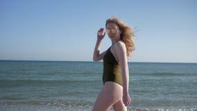 Resto do verão, jovem mulher nos óculos de sol que relaxam na praia na viagem feliz contra o oceano filme