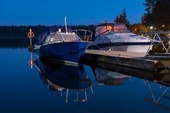 Resto dos barcos de motor na noite Fotografia de Stock