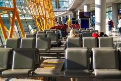 Resto dos povos na sala de estar de espera do aeroporto fotografia de stock