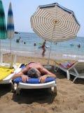 Resto en la playa del mar Imagenes de archivo
