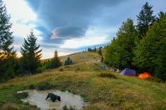 Resto en las montañas hermosas del verano imagenes de archivo