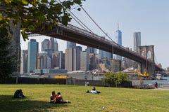 Resto en parque del puente de Brookyn imagen de archivo