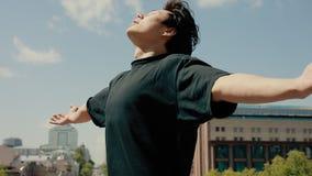 Resto en una libertad, fondo del cielo azul, manos aumentadas del hombre almacen de metraje de vídeo