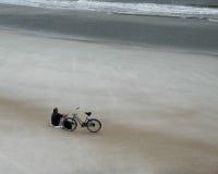 Resto en una playa sola fotografía de archivo