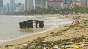 Resto flotante arruinado de la casa en la orilla de mar después del tifón