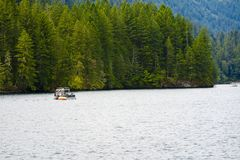 Resto meraviglioso con il giro della barca sulla montagna pittoresca Merwin fotografie stock libere da diritti