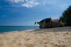 Resto na praia em uma barraca Fotos de Stock Royalty Free