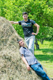 Resto novo de dois meninos da vila na natureza Foto de Stock Royalty Free