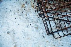 Resto oxidado muy usado de la barbacoa en una tabla plástica sucia imagen de archivo libre de regalías