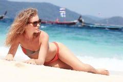 Resto rizado hermoso de la muchacha en la playa fotos de archivo