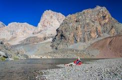 Resto solo del hombre en el lago de la montaña Fotografía de archivo libre de regalías