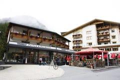 Resto svizzero di viaggio del viaggiatore dello straniero e della gente e franchigia di acquisto al negozio in Samnaun Fotografie Stock
