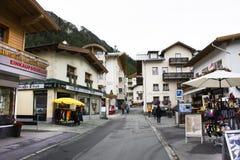 Resto svizzero di viaggio del viaggiatore dello straniero e della gente e franchigia di acquisto al negozio in Samnaun Immagine Stock