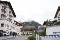 Resto svizzero di viaggio del viaggiatore dello straniero e della gente e franchigia di acquisto al negozio in Samnaun Immagini Stock