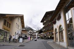 Resto svizzero di viaggio del viaggiatore dello straniero e della gente e franchigia di acquisto al negozio in Samnaun Fotografia Stock