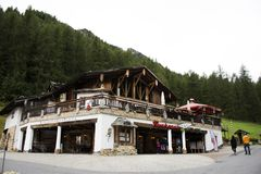 Resto svizzero di viaggio del viaggiatore dello straniero e della gente e franchigia di acquisto al negozio in Samnaun Immagine Stock Libera da Diritti