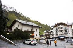 Resto svizzero di viaggio del viaggiatore dello straniero e della gente e franchigia di acquisto al negozio in Samnaun Fotografia Stock Libera da Diritti