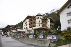 Resto svizzero di viaggio del viaggiatore dello straniero e della gente e franchigia di acquisto al negozio in Samnaun Fotografie Stock Libere da Diritti