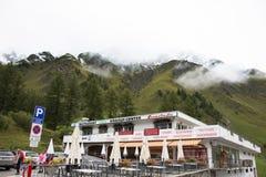 Resto svizzero di viaggio del viaggiatore dello straniero e della gente e franchigia di acquisto al negozio in Samnaun Immagini Stock Libere da Diritti