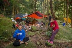 Resto Trekking da equipe no acampamento Imagem de Stock Royalty Free