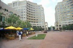 Reston, VA-stadscentrum met voetgangers Stock Foto