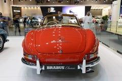 Restorated por el coche del automóvil descubierto de Brabus Mercedes-Benz 300SL está en el salón del automóvil 2017 de Dubai Fotos de archivo libres de regalías