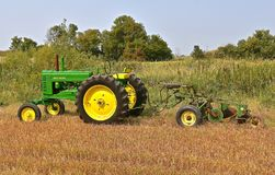 Free Restored John Deere Tractor Tractor Hooked To A Four Bottom Trip Plow Royalty Free Stock Photography - 107845717
